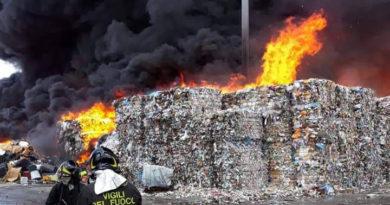 Incendio sito di stoccaggio Caivano